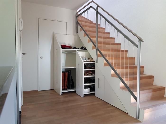 rangement sous escalier coulissants pour stocker les chaussures, modèle d'escalier en bois et métal