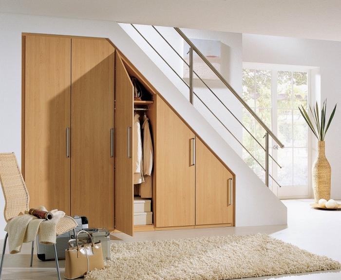 astuce pour l'aménagement sous escalier avec une garde-robe de bois et en forme meuble sous pente