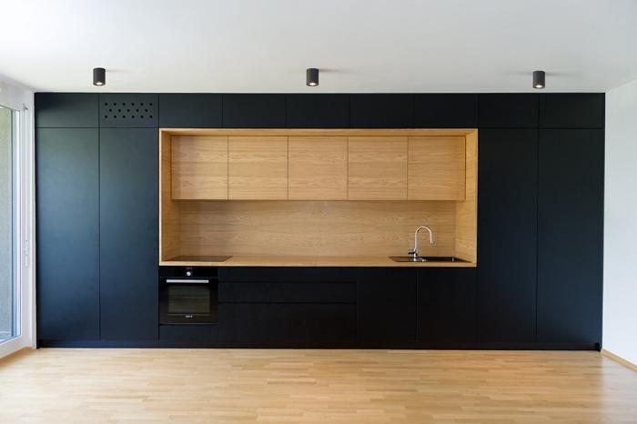 comment aménager une cuisine au plafond blanc et parquet bois avec meubles de cuisine de couleur noire matte