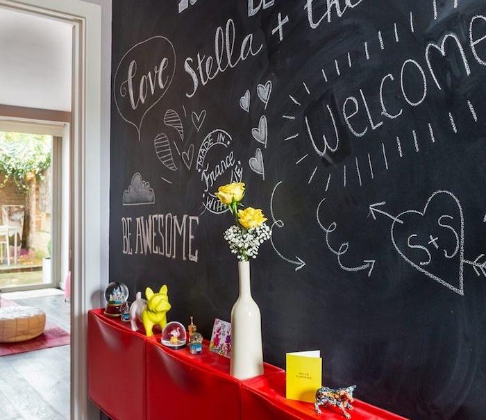 déco entrée maison avec meuble d entrée rouge et mur en ardoise murale décoré de dessins et texte à la craie