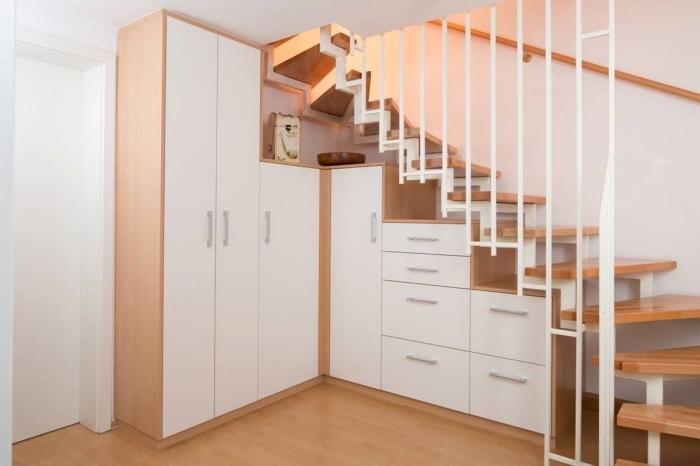idée pour installer armoire sous pente et optimiser l'espace sous l'escalier bois et blanc