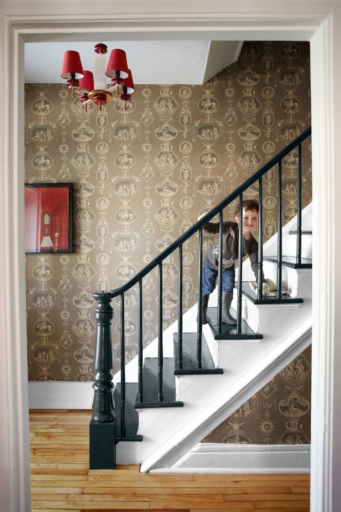 projet de renovation escalier avec un papier peint couleur ocre à motifs vintage et aux touches de couleur rouge
