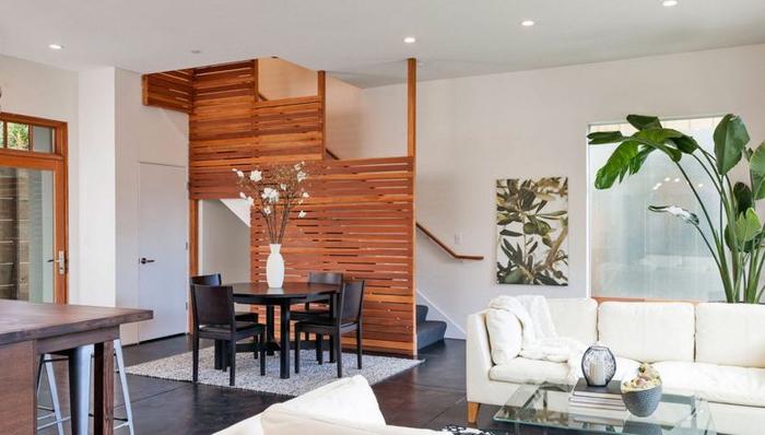 projet de renovation escalier étroit, montée d'escalier délimité avec un garde-corps en bois qui sert aussi de parois décorative et fonctionnel