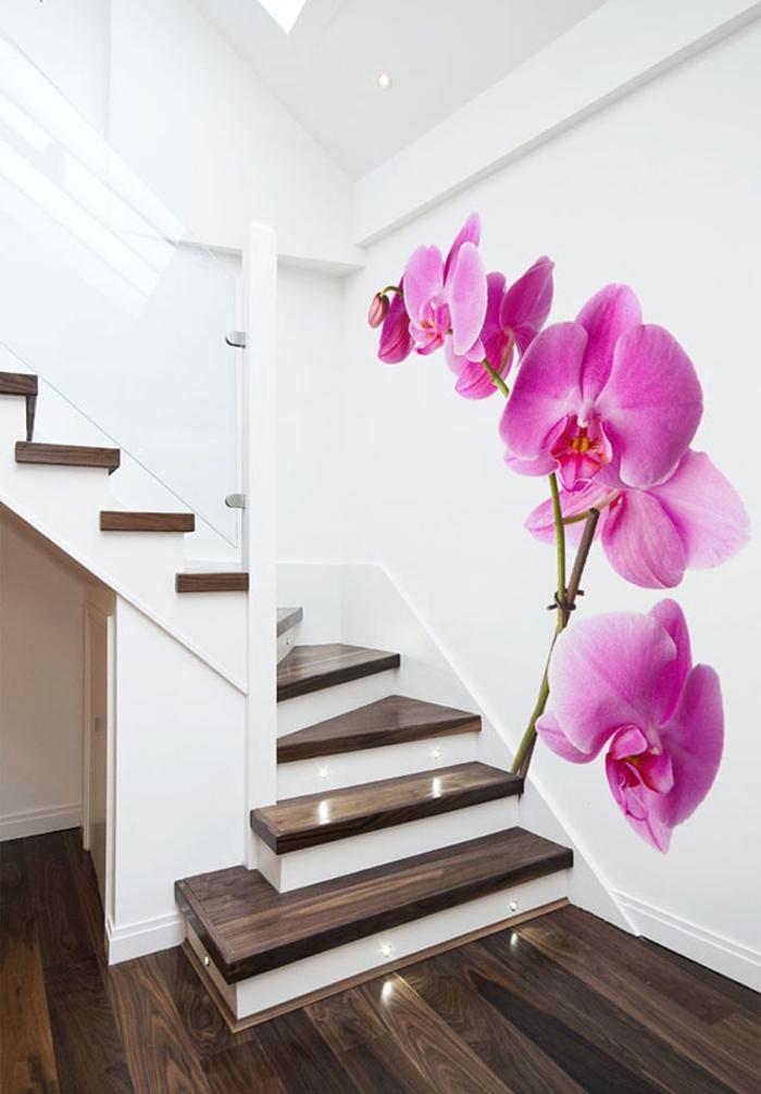 projet petit budget pour une renovation escalier avec du papier peint à motif orchidée qui dynamise l'espace au design épuré