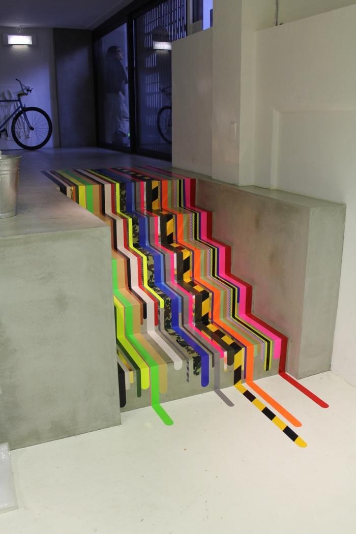 escalier gris dynamisé par des stickers escalier aux couleurs vibrantes et aux motifs graphique