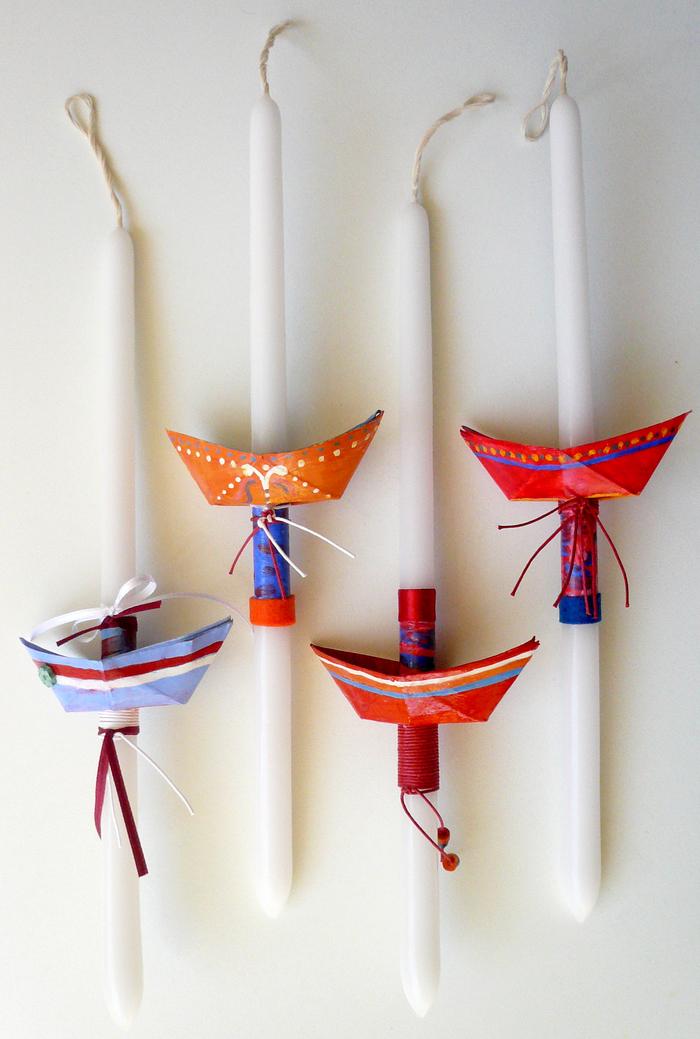 une déco origami originale pour une fête sur thème marin, des bougies décorées de petits bateaux origami