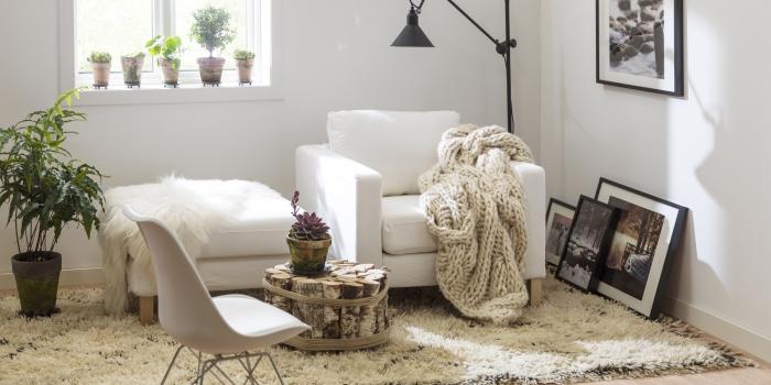 coin de repos dans la chambre ado ou adulte aménagé dans l'esprit bohème chic avec tapis moelleux et plaid en crochet beige