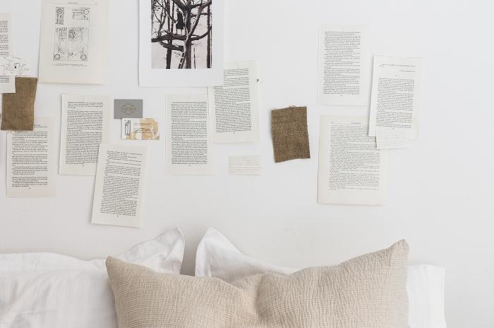 comment décorer les murs dans la chambre ado avec pages de journaux et livres, activité créative en papier