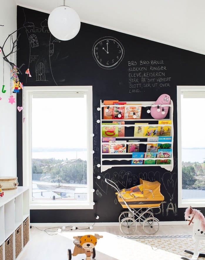 déco chambre enfant simple, etagere livres blanche, mur d accent en peinture tableau noir craie, jouetes enfants, meuble de rangement bas