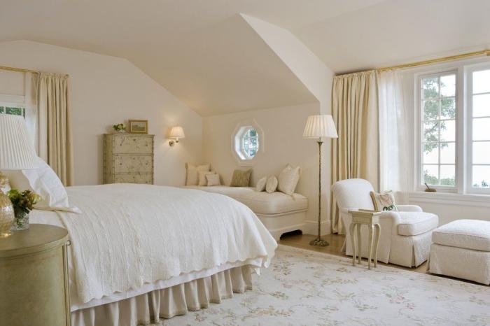 idée aménagement sous pente dans une chambre a coucher adulte à design vintage et shabby chic en blanc et beige
