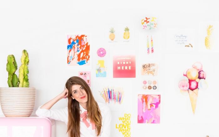 comment décorer les murs dans la chambre ado fille avec stickers autocollants et collage de coupures magazines