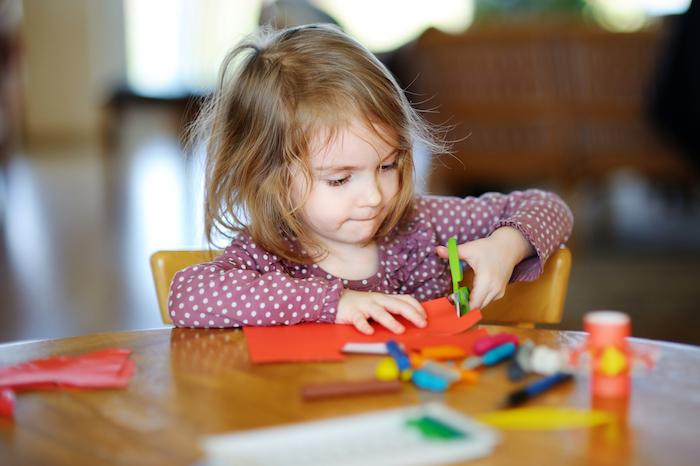 idée d activité montessori pour développement des capacités motrices, apprendre à coupe du papier avec des ciseaux