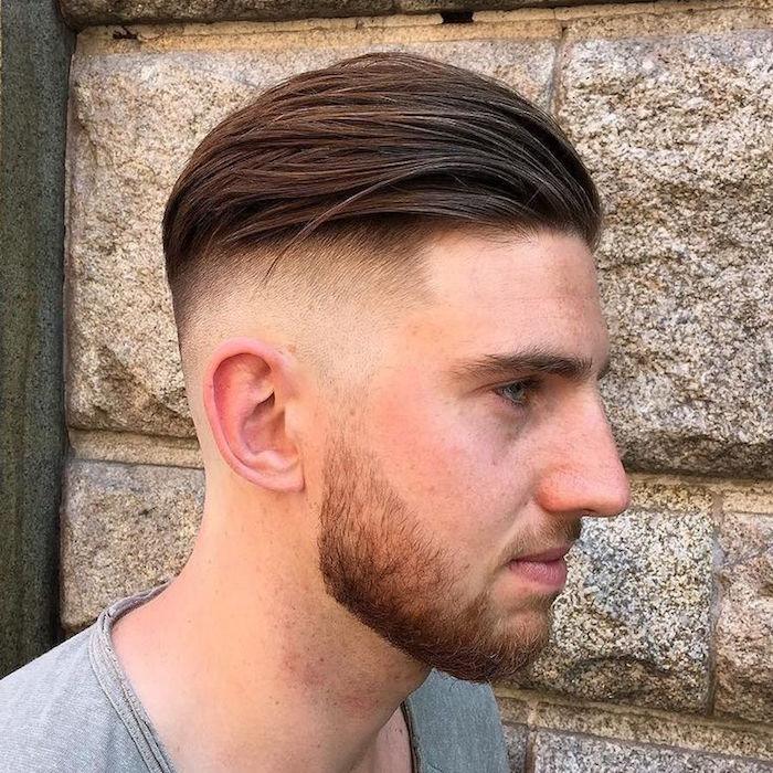 Coupe de cheveux court en arriere