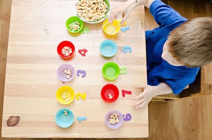 idée d activité méthode montessori mettre des poissons dans des moules à muffins par nombre, apprendre à compter