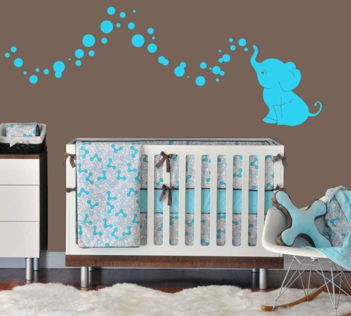 deco chambre bebe garçon, éléphant bleu, chaise scandinave, tapis fourrure blanche
