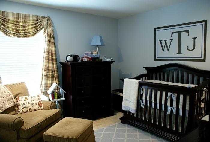 deco chambre bebe garcon, lit bébé noir, fauteuil marron, commode en bois foncé