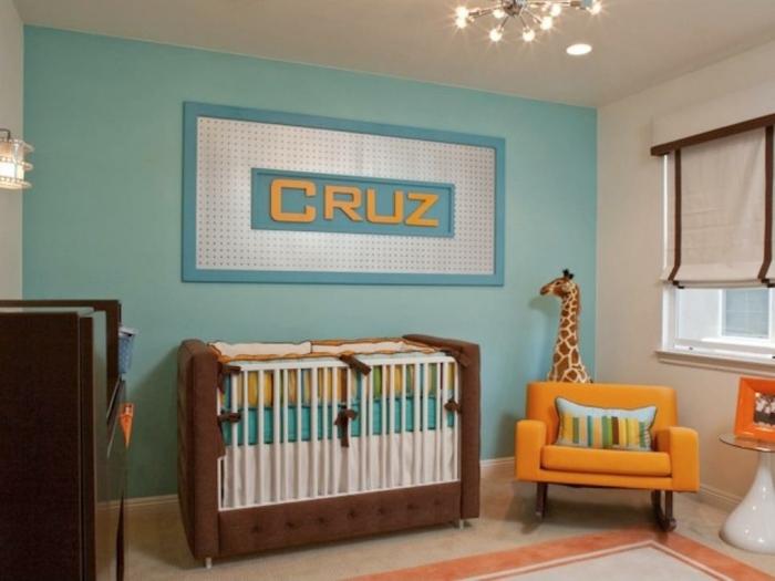 Deco chambre bebe garcon mur bleu fauteuil orange grand lit bébé déco