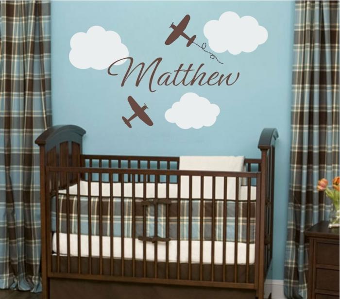 deco chambre bebe garcon, mur bleu aux nuages blanches, rideaux motifs carrés