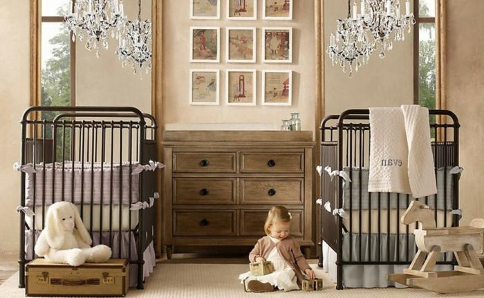 deco chambre bebe mixte, deux lits, commode en bois style ancien, plafonniers pampilles