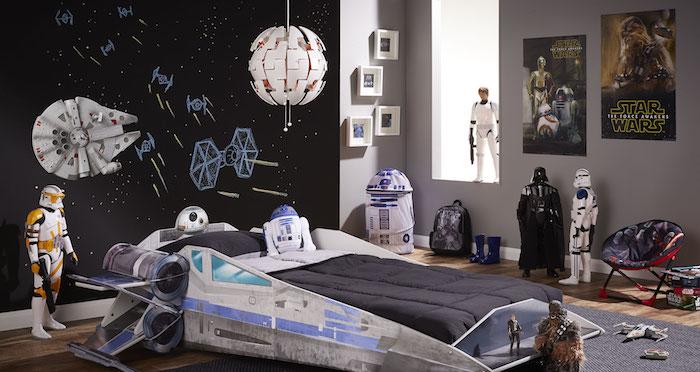idée de déco chambre ado garçon, lit et décoration star wars, mur en peinture ardoise avec des dessins cosmiques