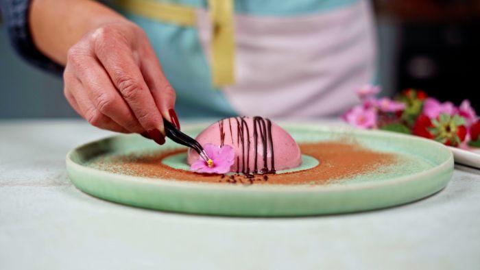 decoration présentation assiette de saint valentin avec panna cotta rose fleur et chocolat en dessus