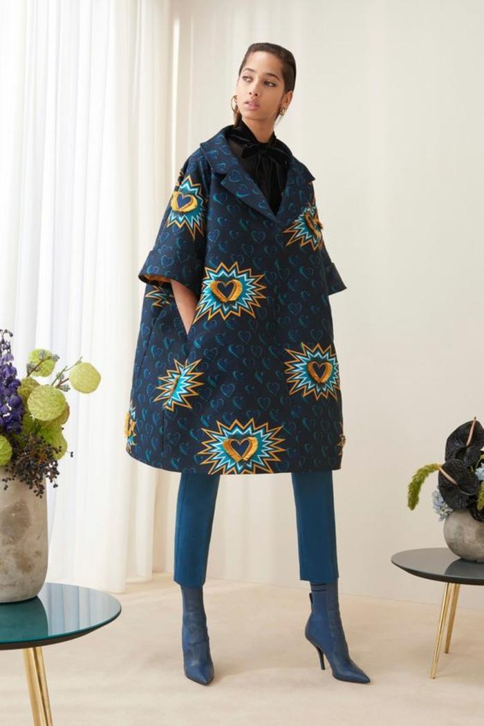 manteau en bleu royal avec des manches 3/4, motif africain cœur orange, pagne africain, pantalon moulant longueur aux mollets en bleu pétrole