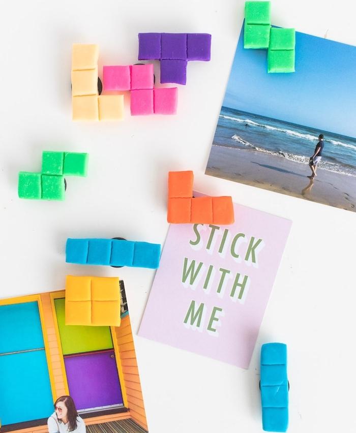 idée comment faire des accroches magnétiques colorées en forme de blocks scrabble, creation apte fimo, cadeau a fabriquer pour sa meilleure amie