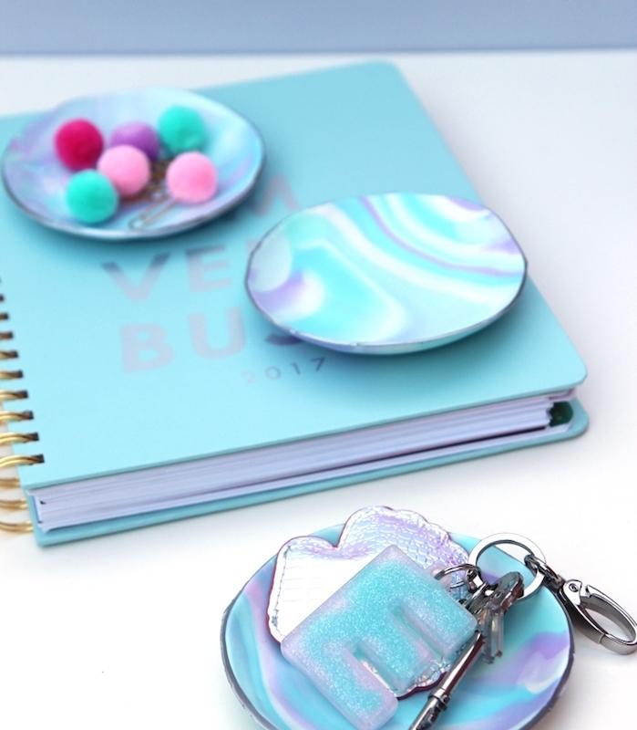 comment faire de la pate fimo, exemple de petites coupelles de rangement pour accessoires et fournitures de bureau, pompons colorés, trombones et clés