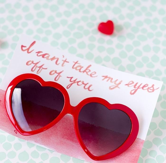 lunettes de soleil avec encadrement rouge en forme de coeur, idee cadeau saint valentin original accompagné d un petit mot