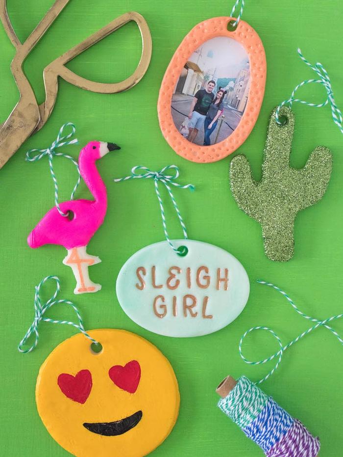 petits ornements à motifs originales flamant rose, cactus vert et emoji et petit cadre photo, idée apte fimo originale
