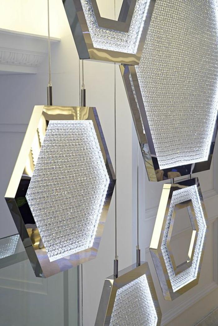 détails en forme de ruches en métal blanc et verre avec des effets cristallisés, séparation chambre salon, éléments suspendus sur des fils métalliques discrets