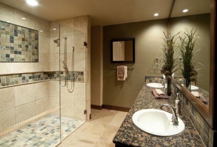 mur miroir, miroir mural, cabine de douche avec mosaique, plante verte sur le meuble