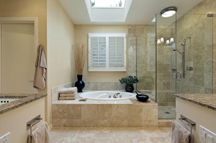 salle de bain beige clair en matériau naturel avec puits de lumière et espace douche
