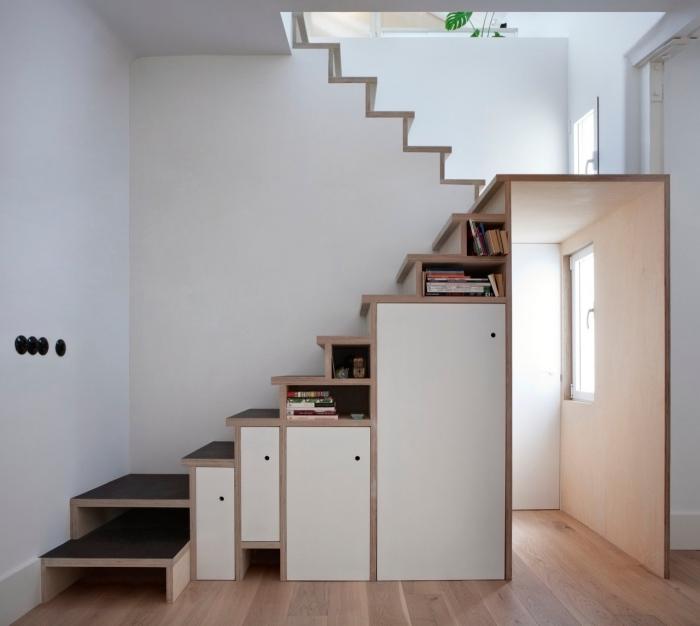 choix de meuble sous pente en bois et portes blanches, déco intérieur moderne aux murs blancs et parquet de bois clair