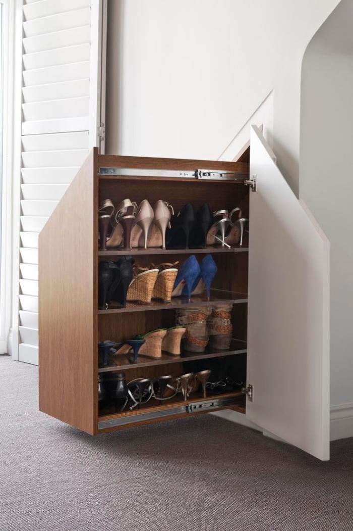meuble chaussure sous escalier à mécanisme coulissant, optimiser l'espace sous escalier avec rangement chaussures