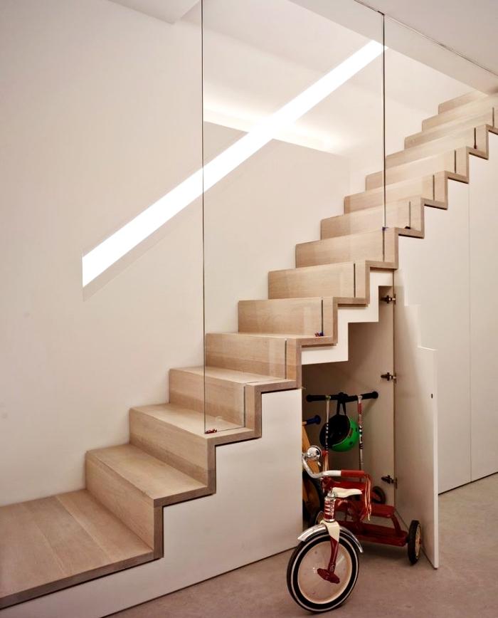 déco stylé avec escalier en bois et verre, comment faire un amenagement sous pente pour optimiser l'espace sous l'escalier