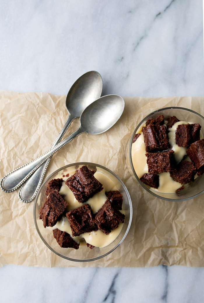 idée pour un dessert saint valentin léger à base de crème irlandaise servie avec des morceaux de brownie
