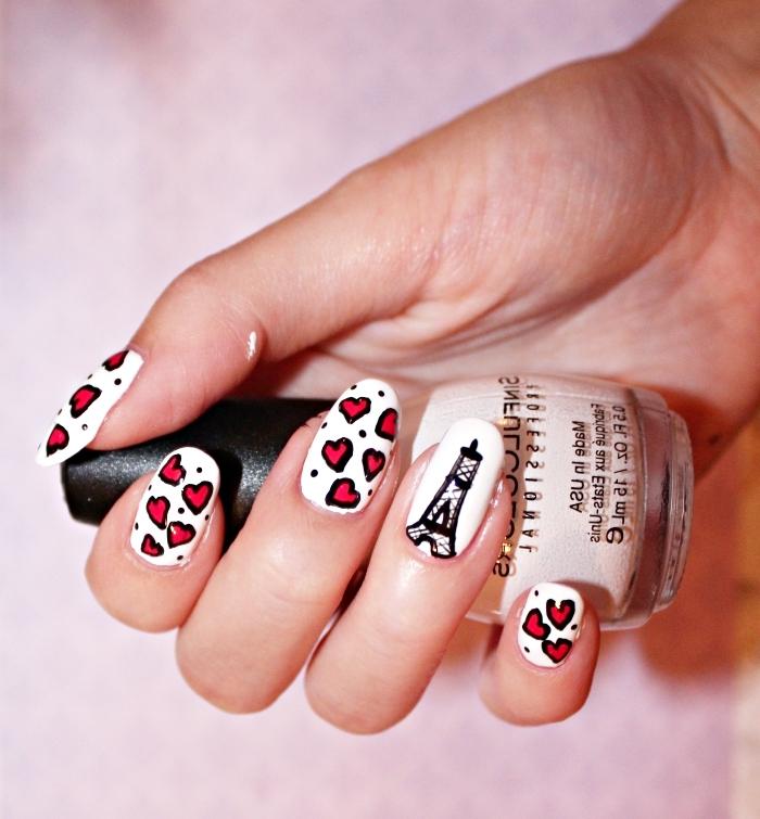 nail art à design Paris avec dessin noir de la Tour eiffel sur base blanche et petits coeurs en rouge
