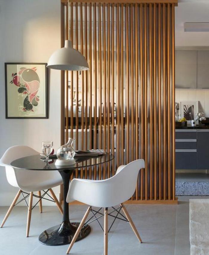 cloison separation en bois clair, des barreaux verticaux très fins, dalles de carrelage en blanc, ambiance relaxante zen