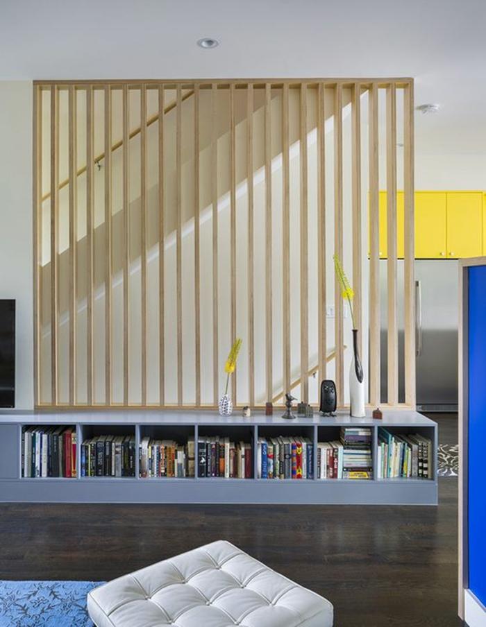 comment séparer les espaces, bibliothèque, meuble de séparation en bois clair, étagères en bleu pastel, sol recouvert en parquet marron foncé