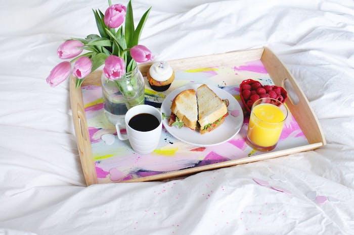 diy plateau de service au fons customisé de peinture, sandwitches, tasse de café, jus d orange, framboises, bouquet de tulipes