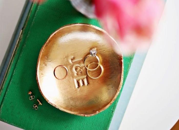 exemple de rangement bijoxu pate fimo, comment organiser ses bagues et boucles d oreilles, petites assiette couleur or