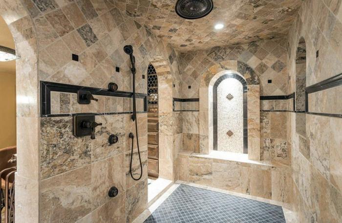 grande salle d'eau avec une douche pluie, carrelage en travertin, sol mosaique