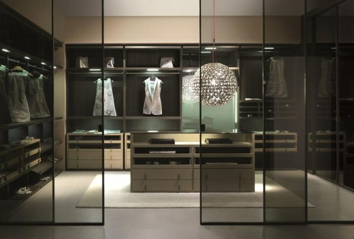 dressing chambre derrière cloisons élégantes, luminaire rond suspendu, placards en bois