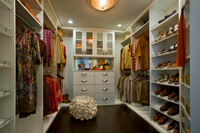 dressing chambre, chambre blanche, shoesing original, tabouret blanc et plusieurs vêtements colorés