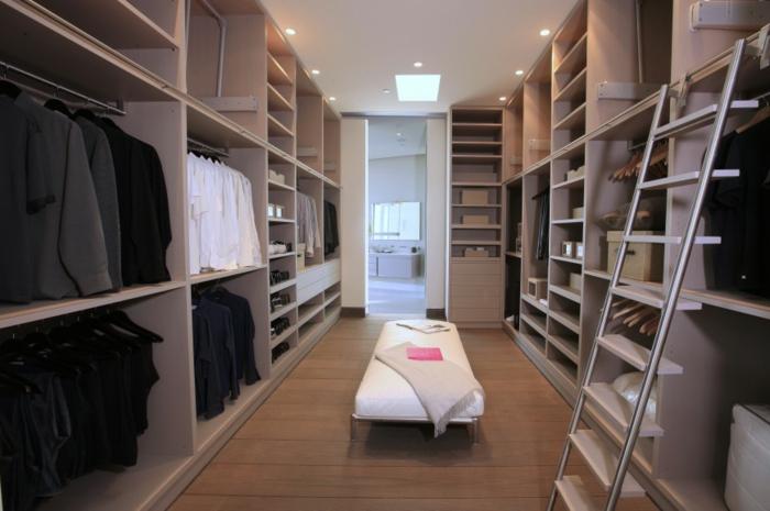 dressing chambre, dressing en couleur taupe, échelle amovible, grand bans en cuir blanc