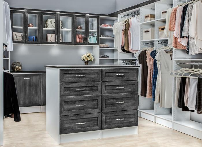 dressing chambre en gris et blanc, vitrines murales et penderies, meuble dressing blanc
