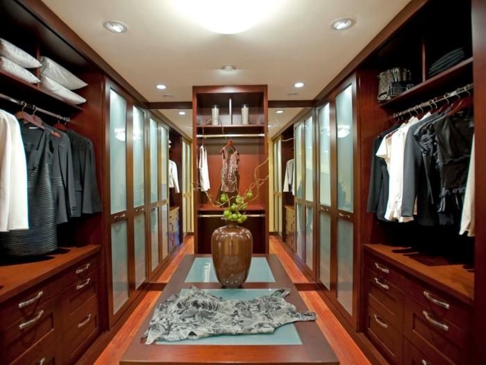 dressing chambre, armoires penderies en bois, plafond blanc avec éclairage encastré