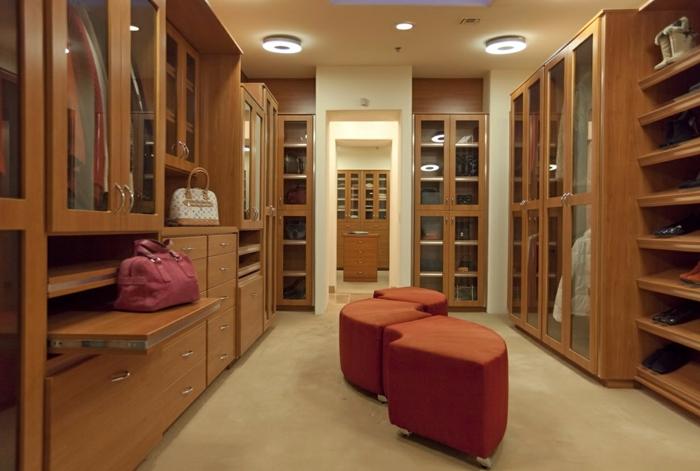 idée déco chambre dressing, meubles dressings en bois, tabourets design