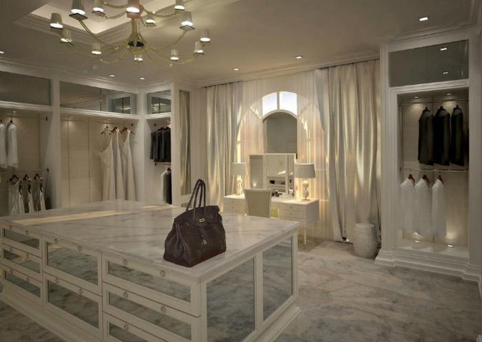 dressing de luxe blanc, une petite table coiffeuse blanche, plafonnier luxueux